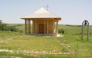 Schitul Zimbru (în faţă se poate observa vechea temelie) - Foto credit: Florin Munteanu